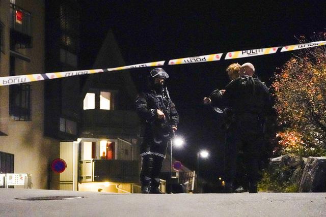 Politiet på et av åstedene i sentrum av Kongsberg om kvelden onsdag 13. oktober. Foto: Håkon Mosvold Larsen / NTB