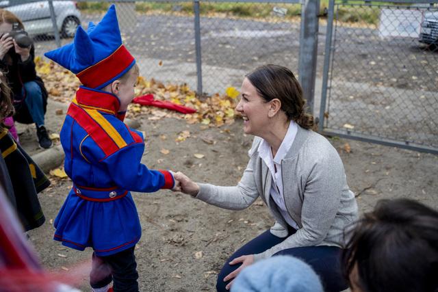 Kunnskapsminister Tonje Brenna (Ap) lovet billigere barnehageplasser da hun besøkte den samiske barnehagen Cizáš sámi mánáidgárdi i Oslo. Foto: Ali Zare / NTB