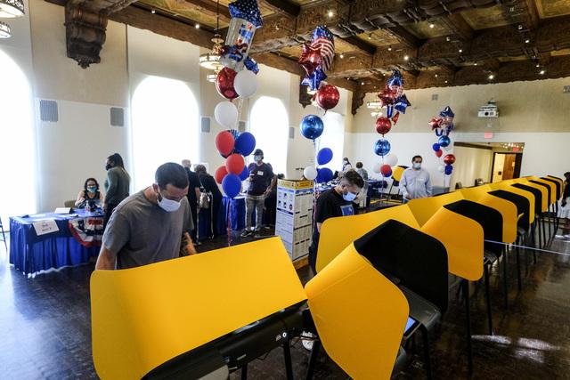 Velgere i Beverly Hills i California avlegger stemme. Nå hevder noen republikanere at valget preges av juks, noe som kan få republikanske velgere til å holde seg hjemme. Foto: Ringo H.W. Chiu / AP / NTB