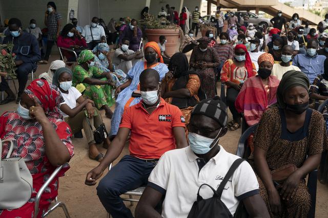 Folk venter i kø i Dakar i Senegal for å få vaksine mot koronaviruset mens smitten sprer seg raskt. Foto: Leo Correa / AP / NTB