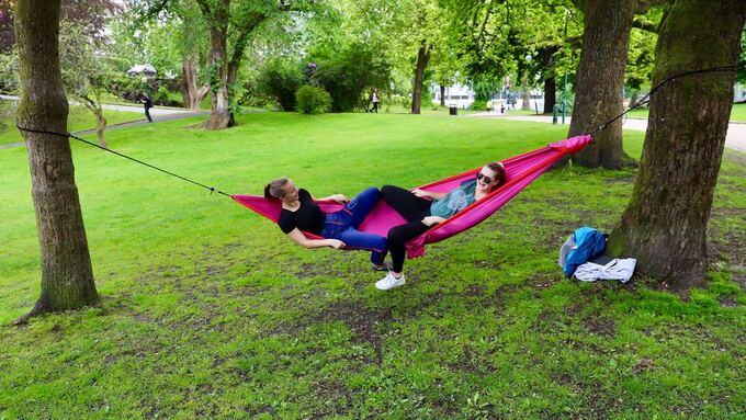 FRIDAG: Sigrid Gjengstø (tilv.) og Kristine Hauge, nyter fridagen i solen i Nygårdsparken.