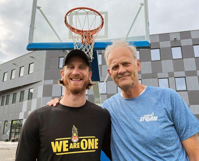 FAR OG SØNN: Pål Berg (t.h.) trener Tromsø Storm. Sønnen Stian Emil Berg (t.v.) trener Asker Aliens.