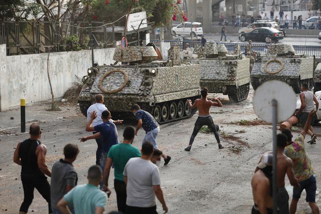 Krisen i Libanon har ført til omfattende demonstrasjoner og opptøyer. Foto: AP / NTB