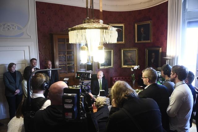 Finansminister Trygve Slagsvold Vedum (Sp) har inntatt plassen bak skrivebordet etter nøkkeloverrekkelsen i Finansdepartementet. Foto: Fredrik Varfjell / NTB