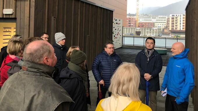 PÅ BEFARING: Utvalg for miljø og byutvikling består av 17 bystyrepolitikere, som blant annet avgjør klager i byggesaker. Til venstre velforeningsleder Sigmund Skibenes og Ole Kleppe fra BOB.