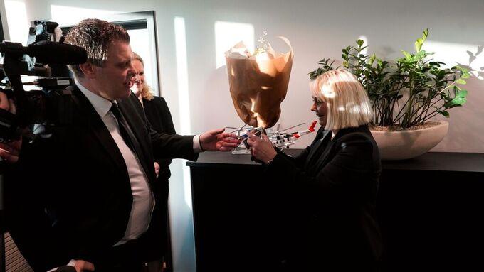 Jøran Kalmyr overrekker nøkkelen til Justis- og beredskapsdepartementet til Monica Mæland.