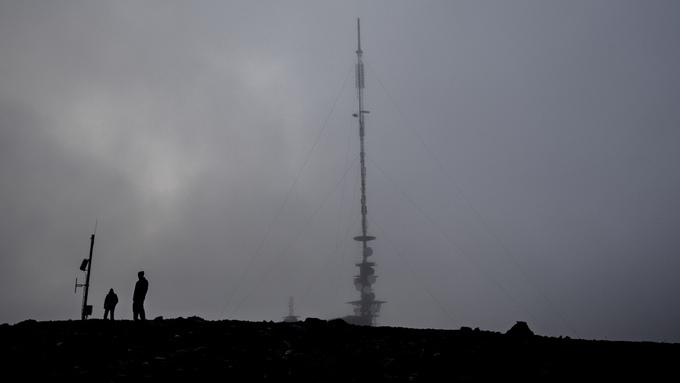 DÅRLIGERE SIGNAL: Det er planlagt vindturbiner i nærheten av Bremangersenderen på Steinfjellet. Det kan gi dårligere tv-signaler for folk i tre grender i kommunen, ifølge NTV.
