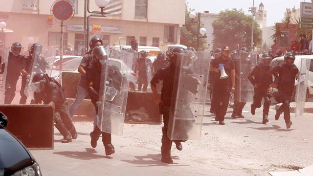 Demonstrantene i Tunisias hovedstad Tunis ble søndag møtt av opprørspoliti.