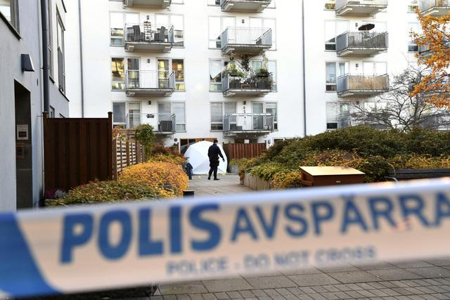 Flere svenske politikere etterlyser strengere tiltak mot gjengkriminalitet etter drapet på rapperen Einár torsdag kveld. Foto: Henrik Montgomery / TT / AP / NTB