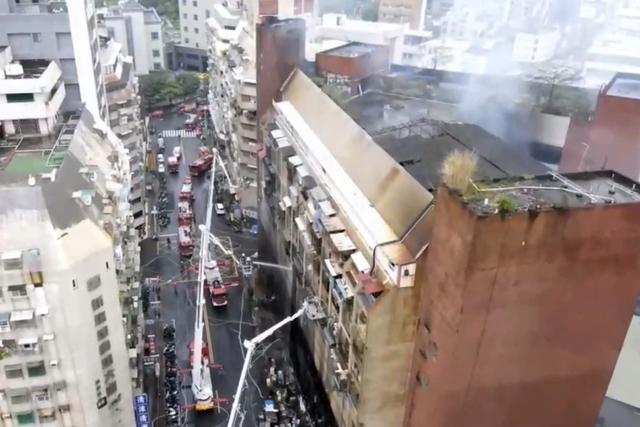 Brannvesenet i Kaohsiung jobber med å slukke brannen. Foto: EBC via AP / NTB