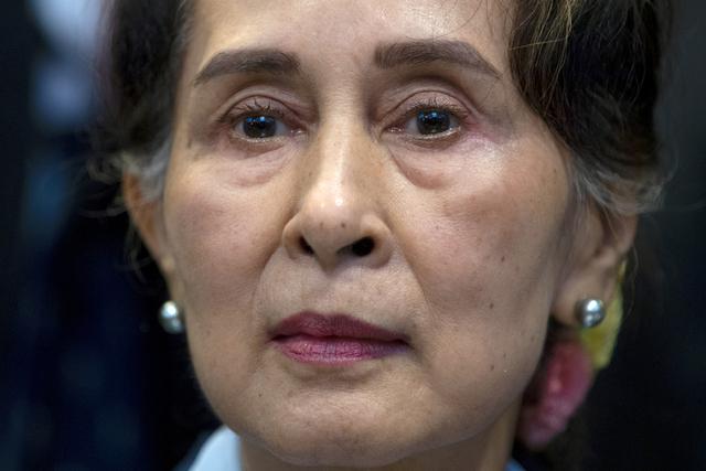 Aung San Suu Kyi, her fotografert i desember 2019, skal mandag møte i retten i Myanmar. Da er det ventet at fredsprisvinneren vil få uttale seg om anklagene fra de militære kuppmakerne. Foto: Peter Dejong / AP / NTB
