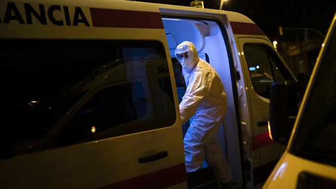 Ambulansearbeider i smittevernutstyr i Barcelona, Spania.
