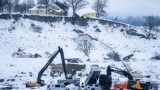 NVE bygger anleggsvei for å kunne bistå politiet med gravemaskiner i søket etter de savnede personene.