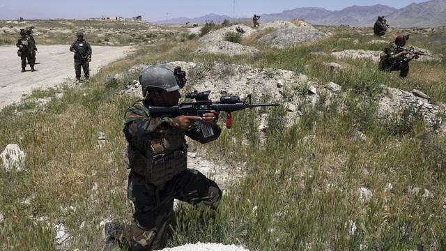 Afghanske sikkerhetsstyrker, her utenfor Kabul i starten av mai, er under hardt press fra Taliban.