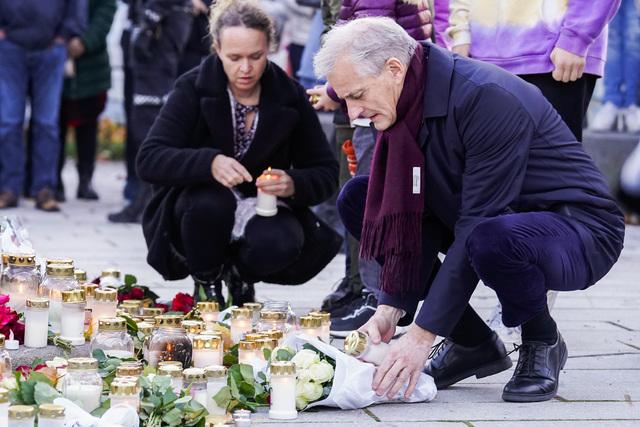 Statsminister Jonas Gahr Støre (Ap) legger ned blomster og tenner lys under sitt besøk i Kongsberg fredag kveld.