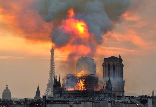 En sjokkert verden fulgte brannens herjinger med Notre Dame 15. april 2019.