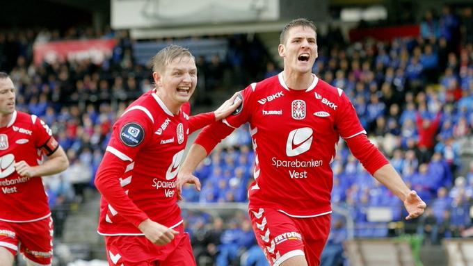 Zsolt Korcsmár (til høyre) er igjen klar for norsk fotball, etter at han signerte for Os i 3. divisjon. Her feirer han sammen med Erik Huseklepp under en cupkamp mot Hødd i 2012.