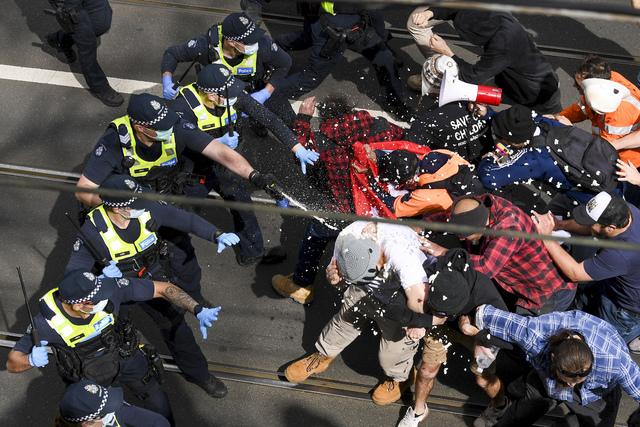 Politiet brukte pepperspray under sammenstøtet mot folk som demonstrerte mot koronarestriksjonene. Seks politifolk ble skadd under sammenstøtene.