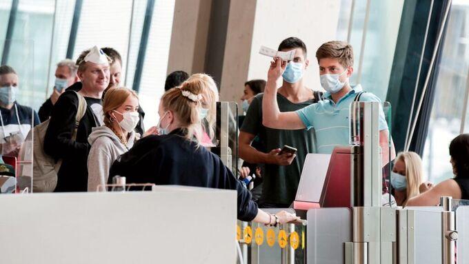 Det er påbudt med munnbind på flyreise, også når du reiser innenlands. Myndighetene vurderer nå å innføre munnbind lokalt i Norge.