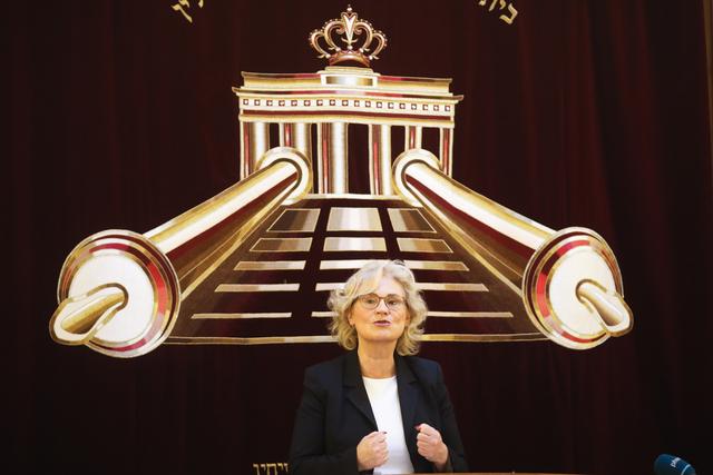 Justisminister Christine Lambrecht er spesielt opptatt av munnbindbruk blant skolebarn i Tyskland og vil ha en klargjøring om det fortsatt er nødvendig når smittetallene fortsetter å falle. Her under en solidaritetsmarkering for Israel i en synagoge i Berlin i mai. Arkivfoto: Markus Schreiber, AP / NTB