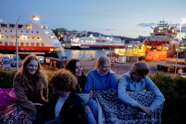 Fra v: Maja Fjeldsbø-Marøy, Pia Sandvik, Anna Fjeldsbø-Marøy, Simen Fjeldsbø-Marøy, Kristian Gaulen. Alle er 17 år.