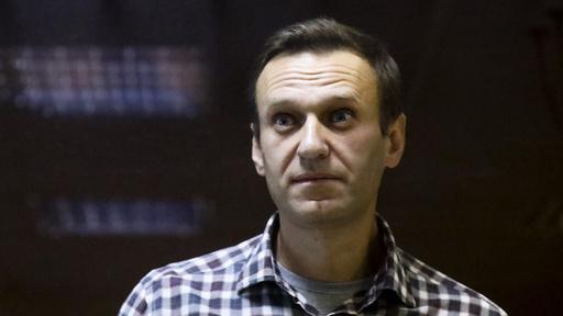 Den russiske opposisjonspolitikeren Aleksej Navalnyj fotografert i retten 20. februar, før han ble sendt i fengsel. Etter at han innledet en sultestreik, har fengselet ifølge advokatene truet med å tvinge i ham mat. Foto: Alexander Zemlianichenko / AP / NTB