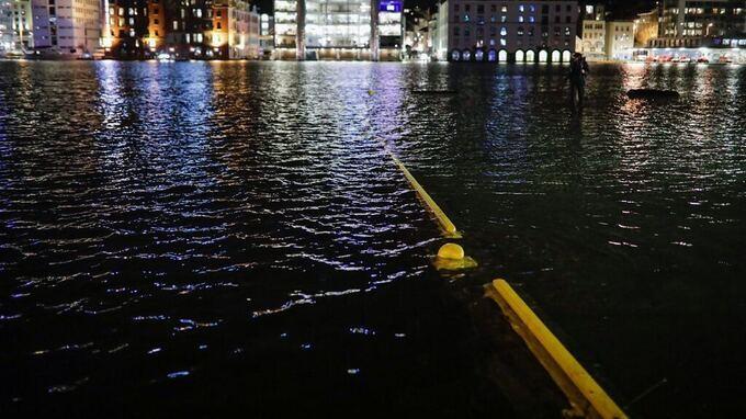 DREGGEKAIEN: Vannet står høyt på Dreggekaien i Bergen nå.