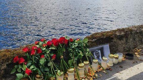 Det er lagt ned blomster og lys på stedet der politiet har gjort funn som kan tyde på at 29-åringen falt mens han gikk langs veien.