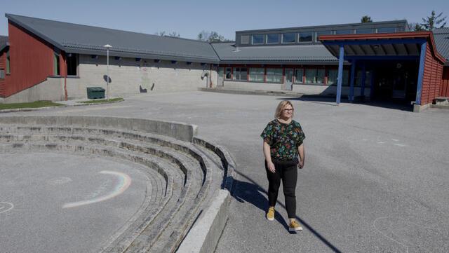 Rektor Øydis Dæmring Fardal fremfor Haukås skole i april.
