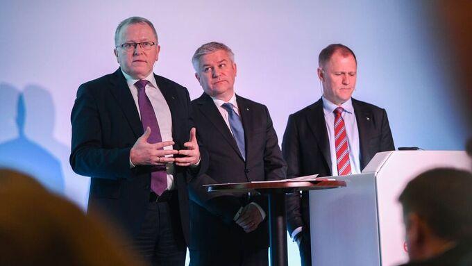 Eldar Sætre, fra venstre, Pål Eitrheim og Lars Christian Bacher på scenen i London.