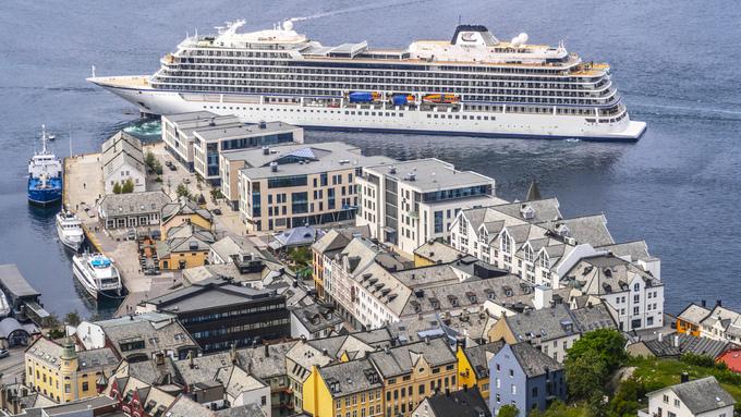 Skipet utenfor Ålesund i juni.