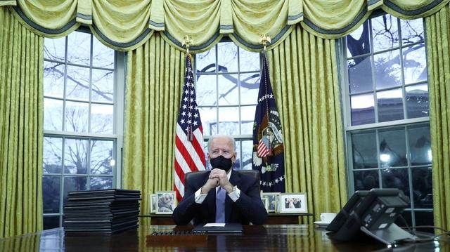 Joe Biden på plass i det ovale kontoret. Ved siden av ham ligger alle presidentordrene hans skulle signere.