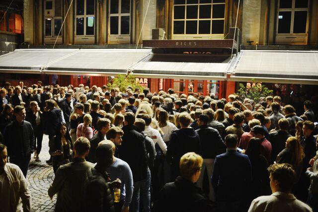 Utenfor utestedet Rick's er det samlet seg hundrevis av mennesker lørdag kveld.