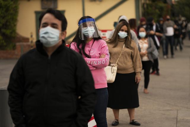 Folk står i kø utenfor et koronatestsenter i Los Angeles i desember. Foto: Jae C. Hong / AP / NTB
