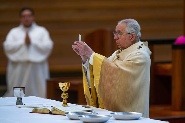 Erkebiskop Jose Gómez under en messe i Los Angeles. Foto: Damian Dovarganes / AP / NTB