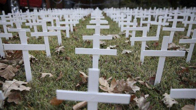 Hvite kors satt opp i Tulsa i Oklahoma til minne om dem som er gått bort på grunn av korona i den amerikanske delstaten.
