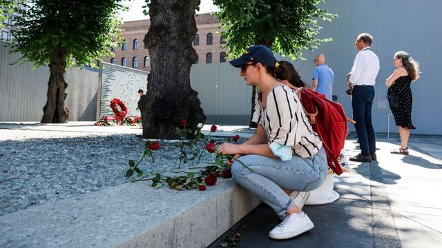 Søstrene Sabina Kuran (35) og Nertila Kuran (32) besøker regjeringskvartalet og legger ned røde roser. - Det er veldig viktig å huske ofrene alle dager, men spesielt i dag. De jobbet for en bedre verden.
