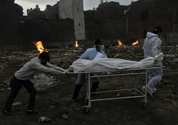 Det er meldt om at krematorier i New Delhi i India sliter med å håndtere mengden døde personer som følge av den siste knusende koronabølgen i landet. Foto: Ishant Chauhan, AP / NTB