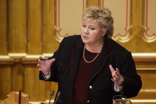 Høyres parlamentariske leder Erna Solberg (H) på talerstolen i Stortinget under onsdagens debatt om regjeringsplattformen. Foto: Javad Parsa / NTB