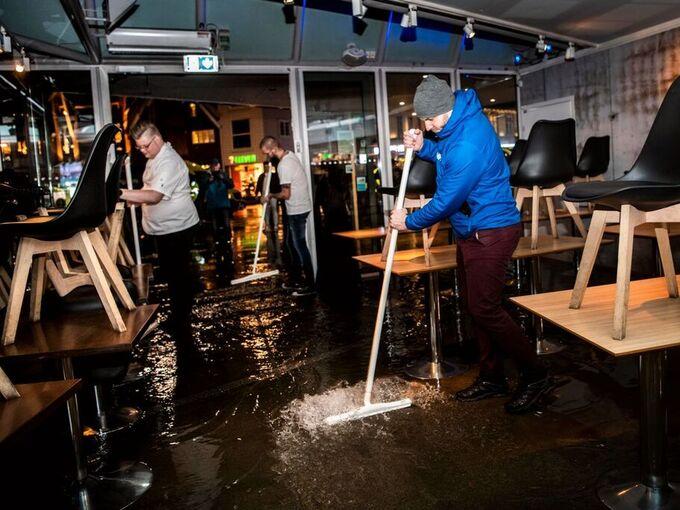 På Fisketorget i Stavanger måtte ansatte jobbe for å få vannet ut av restauranten.