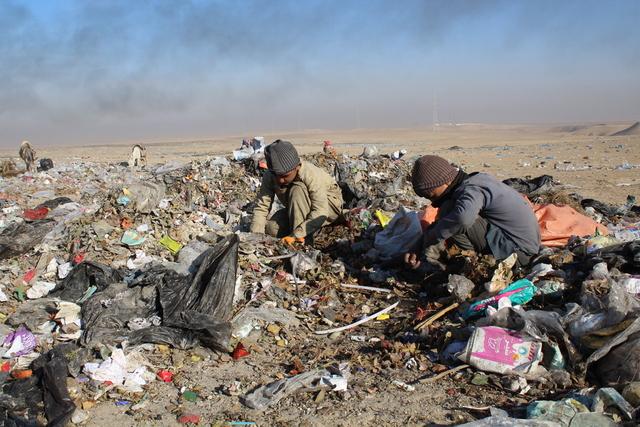 Foto fra desember 2019 som viser barn samle inn avfall fra en søppelfylling i Mazar-e-Sharif. FN har gjennomført tre humanitære flyginger til byen etter at Taliban tok makten i Afghanistan. Arkivfoto: Maisam Shafiey / People in Need via AP / NTB