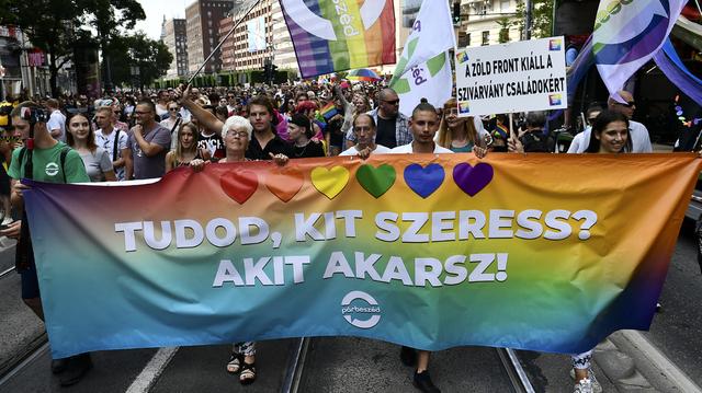 «Vet du hvem du elsker? Den du vil!» står det på dette banneret i årets prideparade i Budapest. Foto: Anna Szilagyi, AP/NTB