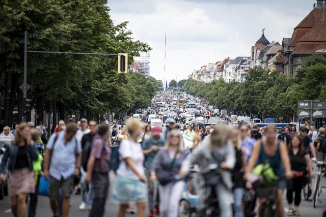 Tyskere demonstrerte mot smitteverntiltakene søndag. Foto: Fabian Sommer/dpa via AP / NTB