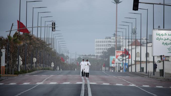 Her patruljerer politibetjenter Casablancas gater i Marokko i mars. Nå er over 5000 fanger løslatt fra fengsel.