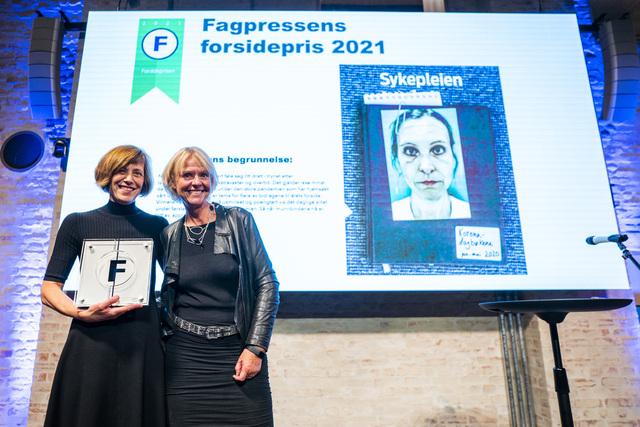 Fagbladet Sykepleien, ved Monica Hilsen (t.v.) og redaktør Anne Hafstad, fikk Fagpressens forsidepris 2021. Foto: Håkon Mosvold Larsen / NTB