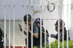 Frilansjournalist Yuki Kitazumi på vei inn på en politistasjon i Yangon 26. februar. Han ble den gang løslatt igjen, men deretter pågrepet for andre gang 18. april. Foto: AP / NTB