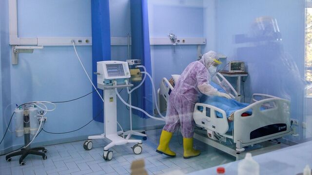 Nesten to millioner mennesker ble smittet av covid-19 de siste syv dagene. Det er rekord, ifølge WHO.