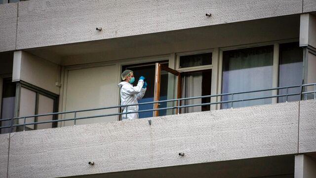 Krimteknikere undersøker balkongen der fallet skal ha skjedd.