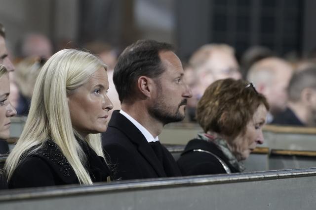 Kronprins Haakon og Kronprinsesse Mette-Marit under sørgegudstjeneste i Kongsberg kirke.