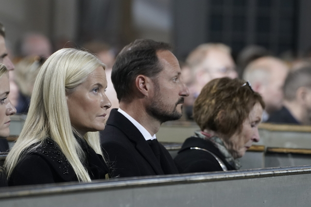 Kronprins Haakon og Kronprinsesse Mette-Marit deltar på sørgegudstjeneste i Kongsberg kirke i forbindelse med drapene på fem personer. Foto: Terje Pedersen / NTB / POOL